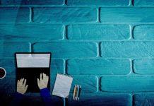 plava-pozadina-laptop-novinarstvo