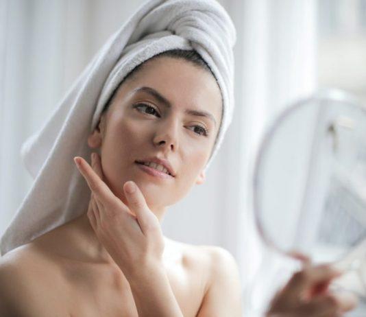 nega-kože-lica-devojka-ogledalo