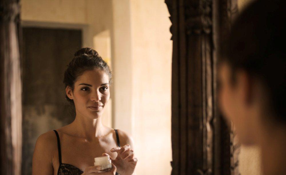 devojka-ogledalo-nega