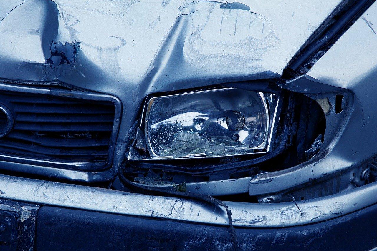 polomljen-far-oštećen-auto
