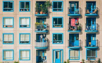 zgrada-plavi-prozori